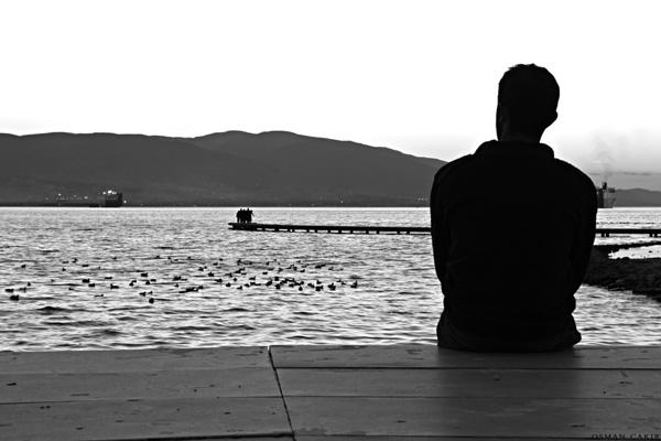 Anh sẽ ở đây cùng với biển, hướng theo và đợi em